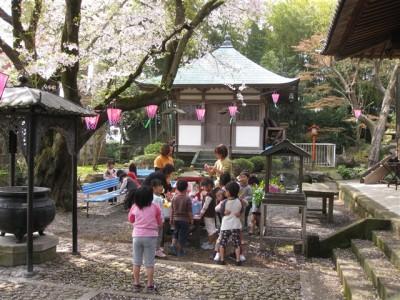 花御堂を飾る園児